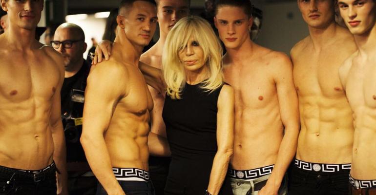 Donatella Versace compie 63 anni – tanti auguri alla Regina delle bionde