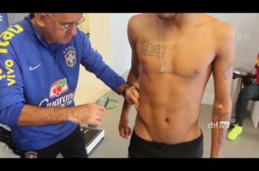 Brasile 2014 – Neymar in mutande sulla bilancia – video
