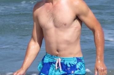 Run the Tide – Taylor Lautner torna sul set e mostra il fisichetto (di nuovo 'normale')