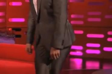 Benedict Cumberbatch imita la camminata di Beyonce al Graham Norton Show – video