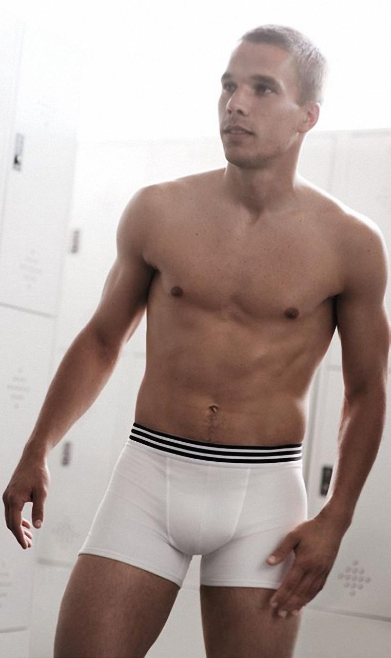 Lukas Podolski nudo, scopriamo il nuovo attaccante dell