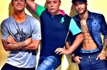 Neymar e la posa gaya dell'amico in foto