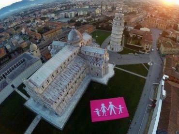 Striscione Manif Pour Tous invade Piazza dei Miracoli a Pisa