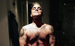 Robbie Williams nudo su Facebook per celebrare i 41 anni