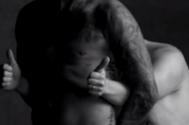 David Beckham schioppa nelle mutande nel finto spot intimo con James Corden – VIDEO