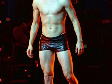 Darren Criss in mutande a teatro nei panni di Hedwig – foto