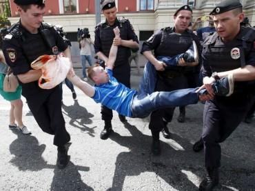 Mosca, gay pride tra botte e arresti