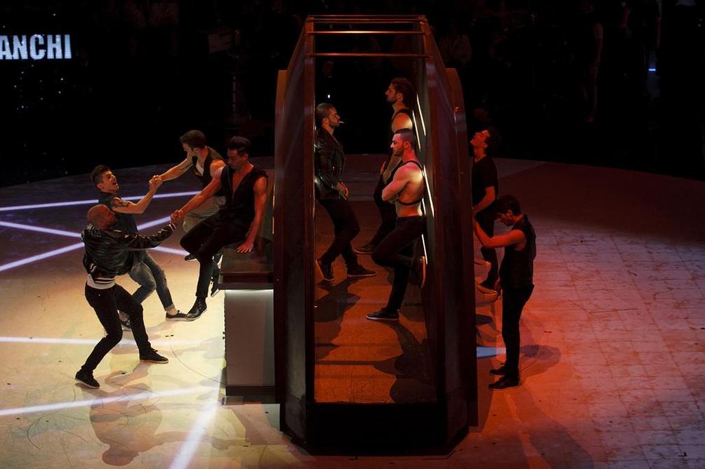 Amici 14 coreografia show tra darkroom prevenzione e sesso gay per giorgio video spetteguless - Sesso lesbo in bagno ...