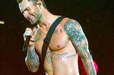 Adam Levine si spoglia in concerto a Milano