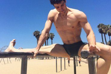 Roberto Bolle, spaccate Instagram pure in spiaggia