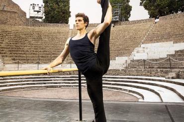 Roberto Bolle e il semplice stretching a Pompei – foto