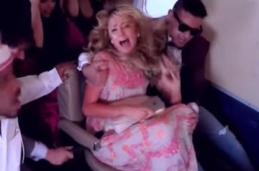 Paris Hilton è na poraccia – lo scherzo sull'aereo era concordato