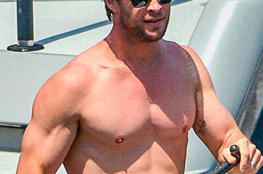 Chris Hemsworth scoppia de gioia in costume