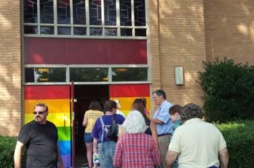 Chiesa imbrattata con insulti omofobi e ridipinta con i colori dell'arcobaleno