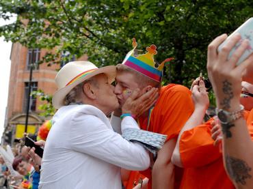 Manchester Pride 2015, Ian McKellen  bacia tutti – foto