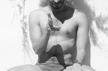 Osvaldo Supino si spara la doppietta, pacco e culo su Instagram
