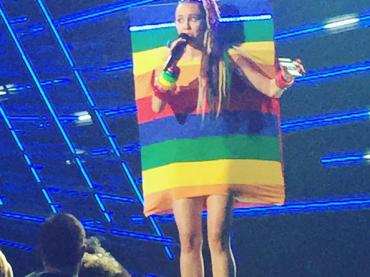 VMA 2015, è Miley Cyrus show tra drag queen e 10 cambi FOLLI d'abito (compreso BANDIERA RAINBOW)