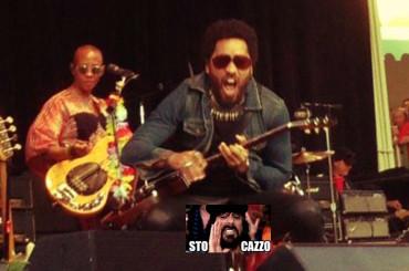 Lenny Kravitz, strufolone sul palco a causa del pantalone rotto – foto v.m. 18 anni