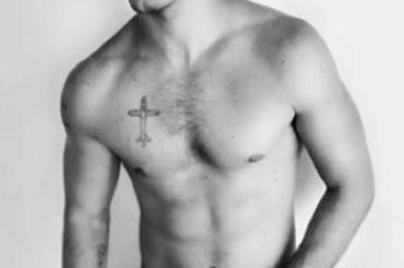 Alex Pettyfer mezzo nudo per Mario Testino