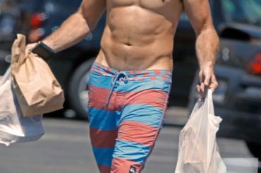 Scott Eastwood è circonciso – la foto verità