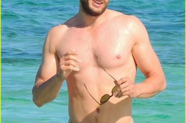 Jamie Dornan da sballo al mare