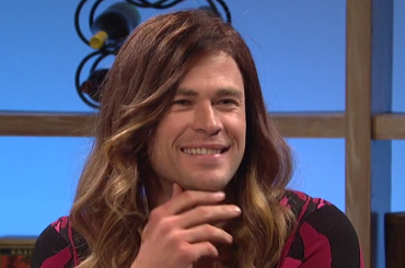 Chris Hemsworth drag queen in uno sketch SNL – video