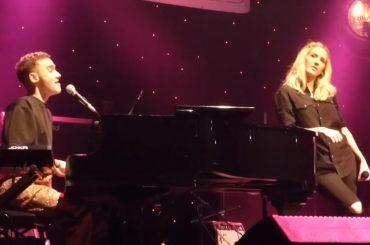 """Ellie Goulding e Olly Alexander cantano """"Santa Baby"""" – video"""