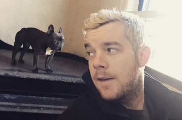 Russell Tovey, selfie in slip sul letto