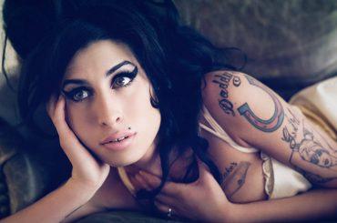 Amy Winehouse, il padre Mitch continua a vederla: 'mi viene a trovare come fantasma e sotto forma di merlo'