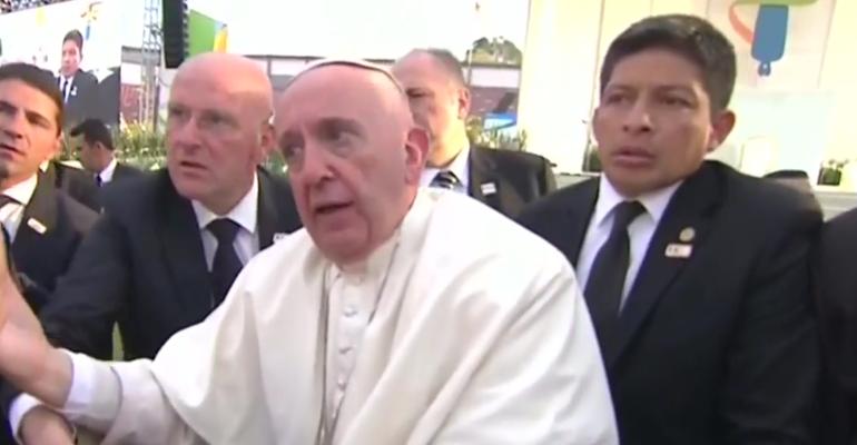 Papa Francesco: lo tirano, rischia di cadere e si incazza – video