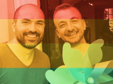 FROSCI, scritta omofoba sulla vetrina di un negozio per un bacio gay