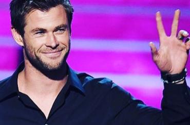 Chris Hemsworth, cambio costume al parcheggio – foto