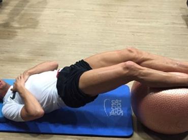 Cristiano Ronaldo gnocco e in mutande a testa in giù – foto