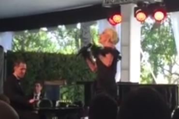 """Lady Gaga, pazzesco live con """"La Vie en Rose"""" – video"""