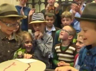 Titus e Otto, finto matrimonio gay in una scuola elementare belga – video