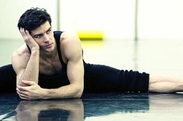 Roberto Bolle, quando lo stretching è inumano – foto
