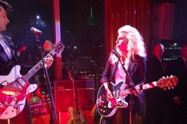 Lady Gaga & Mark Ronson con Burning Down The House dei Talking Heads – video