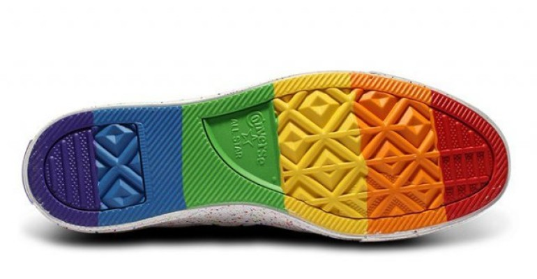 Orgoglio Gay, è pioggia di scarpe rainbow con Converse, Adidas e ...
