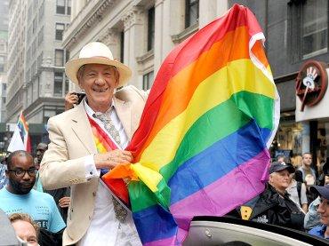 Ian McKellen festeggia i 30 anni di coming out pubblico: 'non conosco nessuno che si sia mai pentito'