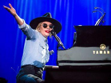Lady Gaga, concerto show tra Beatles e Neil Young alla convention democratica – i video