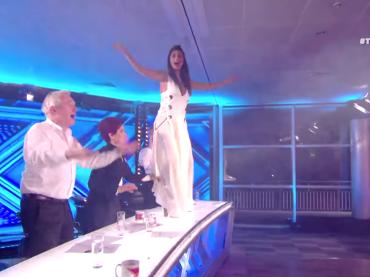 X-Factor Uk, Nicole Scherzinge impazzisce davanti a Martin Beck – video
