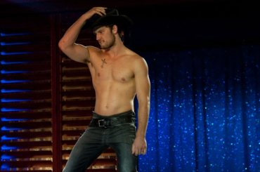 Alex Pettyfer torna spogliarellista alla 'Magic Mike' in ufficio – il video Instagram
