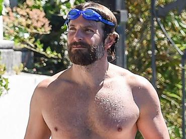 Bradley Cooper in costume, strizzata di pacco a Garda – foto