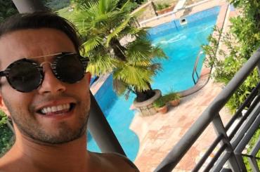 Marco Carta in piscina, le foto Instagram