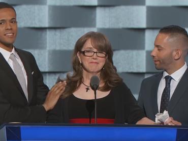 Christine Leinonen, la mamma di una delle vittime di Orlando commuove la convention democratica – video