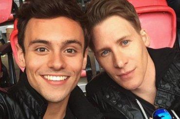Tom Daley  confessa: 'ho fatto sesso on line in un momento di pausa da Dustin, ma ora ci sposiamo'