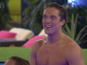 Celebrity Big Brother 2016, Lewis Bloor (TOWIE) subito nudo nella casa