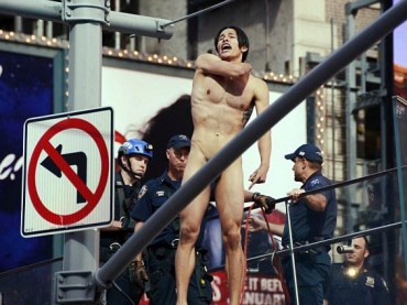 Krit McClean, modello nudo a Times Square – foto e video