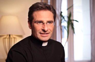 L'ex Monsignore  Krzysztof Charamsa a Chi: dopo il coming out vorrei sposarmi in chiesa e avere un figlio