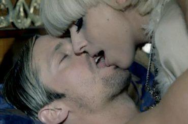Alexander Skarsgård e il bacio a Lady Gaga in Paparazzi: certo che abbiamo usato la lingua